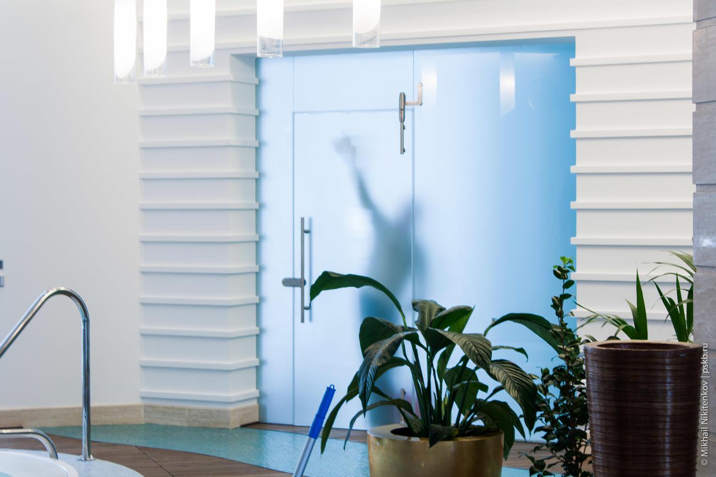 Дверь в бассейн