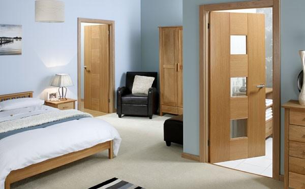 Выбор межкомнатных дверей, прежде всего, обуславливается материалом, из которых они изготовлены. Современные межкомнатные двери могут выполняться из массива дерева, ламината, шпона или пластика. Самыми дорогими, конечно же, являются межкомнатные двери из массива дерева. Такие двери эстетично смотрятся в классических интерьерах. Межкомнатные двери из массива очень капризны и требуют особых условий эксплуатации: повышенная влажность, либо, наоборот, слишком сухой воздух могут причинить им непоправимый вред. Если средств на межкомнатные двери из массива не хватает, можно выбрать межкомнатные двери и наполнение шкафа купе из шпона. Дверной шпон представлен разнообразными породами дерева, так что выбор оттенков и текстур особенно богатый. Внутренний слой таких дверей изготавливается из МДФ или ДСП, материалов, которые доказали свое превосходство над натуральным сырьем по многим показателям. Синтетическая альтернатива натурального шпона – ламинат, который может быть практически любого цвета и текстуры: глянцевый, матовый, имитирующий натуральную древесину и т.д. Говоря об основе межкомнатных дверей, не стоит забывать о таком материале, как пластик, без которого не обходится ни один современный интерьер. Двери из пластика отличаются универсальным дизайном, отличными функциональными качествами, неприхотливостью в эксплуатации и уходе. Еще одним важным критерием выбора межкомнатных дверей является их функциональное назначение. По своей роли в интерьере межкомнатные двери делятся на распашные, раздвижные, складные и двери необычной конструкции. Распашные двери – это классический вариант. Они будут уместны как в консервативном, так и ультрасовременном интерьере. Раздвижные двери – эргономичный вариант разграничения пространства. Такие двери не распахиваются, а легко раздвигаются в сторону, тем самым экономя полезную площадь и создавая возможность для более продуктивного ее обустройства. Складные двери можно назвать аналогом раздвижных дверей, с той лишь разницей, что они не ра