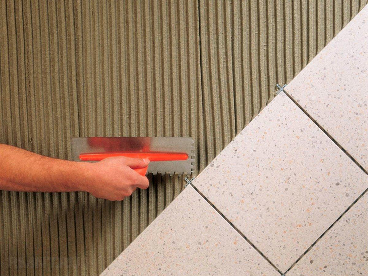 Надежность крепления плитки зависит от клея